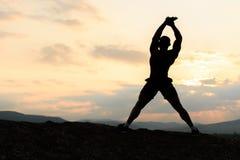 Beleza do conceito de corpo humano Halterofilista afro-americano que levanta no por do sol durante seu treinamento exterior Fotografia de Stock