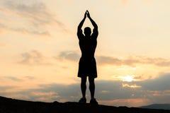 Beleza do corpo humano Halterofilista afro-americano que levanta no por do sol durante seu treinamento exterior Momento da harmon Imagens de Stock