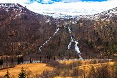 A beleza do norte: o rio e as montanhas, queda Foto de Stock