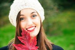 Beleza do outono com uma folha vermelha Fotos de Stock Royalty Free