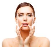 Beleza dos bordos da mulher, composição natural do cuidado da cara, boca tocante da menina foto de stock