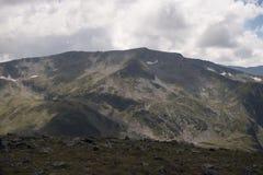 A beleza dos picos na montanha de Rila foto de stock