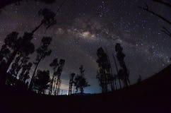 A beleza e a claridade proeminentes da Via L?tea e do c?u estrelado capturados da alta altitude no bromo da montagem, Indon?sia imagens de stock
