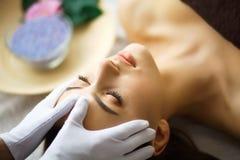 Beleza e cuidado Cosmetologist Makes Face Massage Jovem mulher L foto de stock