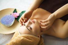 Beleza e cuidado Cosmetologist Makes Face Massage Jovem mulher L imagem de stock royalty free