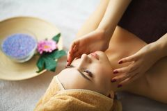 Beleza e cuidado Cosmetologist Makes Face Massage Jovem mulher L fotos de stock