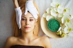 Beleza e cuidado Cosmetologist Makes Face Massage Jovem mulher L fotos de stock royalty free