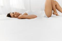 Beleza e saúde Mulher bonita que tem o divertimento, relaxando dentro Foto de Stock Royalty Free