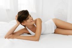 Beleza e saúde Mulher bonita que tem o divertimento, relaxando dentro Fotos de Stock Royalty Free