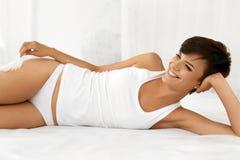 Beleza e saúde Mulher bonita que tem o divertimento, relaxando dentro Foto de Stock