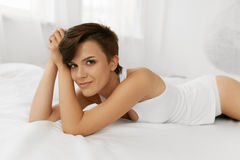 Beleza e saúde Mulher bonita que tem o divertimento, relaxando dentro Imagem de Stock Royalty Free