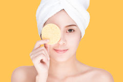 Beleza e termas, jovem mulher que limpa sua cara Fotos de Stock Royalty Free