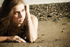 Beleza eyed verde na praia imagens de stock