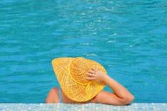 Beleza fêmea real que relaxa na piscina fotos de stock royalty free