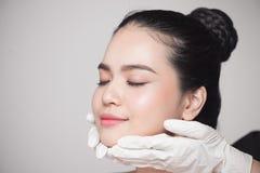 Beleza facial Mulher bonita antes da operação da cirurgia plástica fotografia de stock