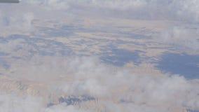 A beleza impressionante flutua sobre a paisagem da montanha do deserto Vista superior de um avião filme