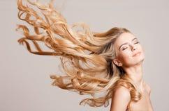 Beleza loura com cabelo surpreendente foto de stock