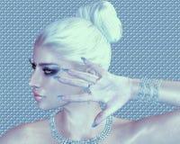 Beleza loura contra um diamante e um fundo abstrato de prata imagens de stock