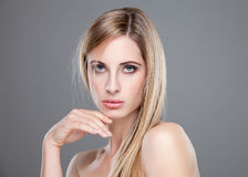 Beleza loura nova com cabelo reto Fotos de Stock
