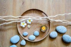 Beleza natural, termas do ayurveda ou bem-estar com madeira e seixos Fotografia de Stock Royalty Free