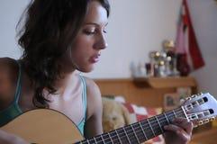 Beleza nova que joga a guitarra Fotos de Stock