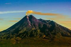 beleza o Monte Merapi, java, Indonésia foto de stock