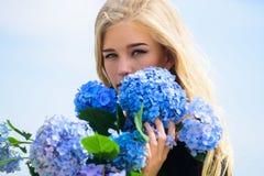 Beleza pura Ternura da pele nova Flor da primavera Ramalhete louro macio das flores da hortênsia da posse da menina naughty fotos de stock royalty free