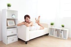 Beleza que encontra-se no sofá Imagem de Stock Royalty Free