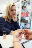 Beleza que faz massagens um creme hidratante da mão Fotografia de Stock