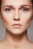 Beleza, skincare & composição natural Cara modelo da mulher com pele pura, cara limpa fotografia de stock
