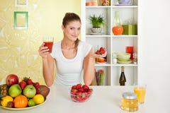 Beleza, suco de fruta da terra arrendada da rapariga e strawbe Imagens de Stock