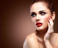 Beleza Woman modelo com cabelo ondulado longo de Brown Cabelo saudável e composição profissional bonita Bordos vermelhos e olhos  imagem de stock royalty free