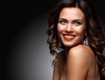 Beleza Woman modelo com cabelo ondulado longo de Brown Cabelo saudável e composição profissional bonita Bordos vermelhos e olhos  imagem de stock