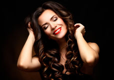 Beleza Woman modelo com cabelo ondulado longo de Brown Cabelo saudável e composição profissional bonita Bordos vermelhos e olhos  imagens de stock royalty free