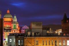 Belfast-Architektur mit belichtetem Rathaus lizenzfreie stockfotos