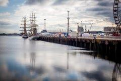 Belfast dokuje wysokiego statek i Ferris koło Obrazy Stock
