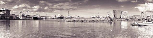 BELFAST FÖRENADE KUNGARIKET - AUGUSTI 24, 2016: Panoramautsikt av Belfast'sens hamn med den kolossala museumslotten - tonad bild royaltyfri fotografi