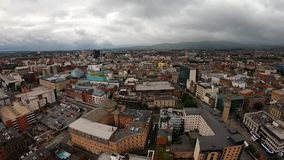 Belfast som är nordlig - Irland flyg- sikt av arkitektur och byggnader Sikt på stad från över stock video