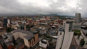 Belfast som är nordlig - Irland flyg- sikt av arkitektur och byggnader Sikt på stad från över lager videofilmer