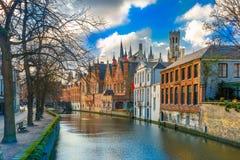 Belfort und der grüne Kanal in Brügge, Belgien Stockbilder