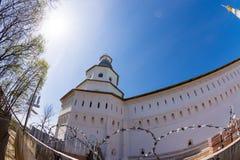 Belfry über dem Tor des neuen Jerusalem Klosters Voskresensky Stockfoto