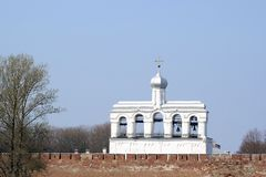 Belfry der Heiliges Sophia Kathedrale hinter der Kremlin-Wand Stockfotos