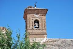 Belfry der Kirche mit dem Nest des Storchs stockfoto