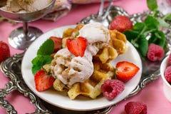 Belga Liege gofry z truskawkowym lody i świeżym berrie fotografia stock