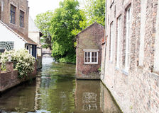 BelgareBruges gamla hus på kanalen Arkivfoto