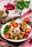 Belgaren Liege svamlar med jordgubbeglass och ny berrie Arkivfoton