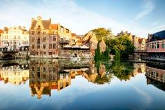 België, Gent - kanaal en middeleeuwse gebouwen in populaire toerist royalty-vrije stock foto