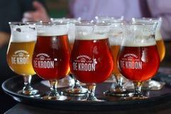 BELGIË, NEERIJSE - 05 SEPTEMBER, 2014: Proevende verschillende bieren stock afbeeldingen