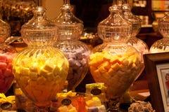 BELGIA BRUKSELA, WRZESIEŃ, - 06, 2014: Dekorujący sklepowy okno sprzedaje tradycyjnych Belgijskich cukierki i czekoladę Zdjęcie Stock