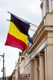 Belgia i Europejskie Zrzeszeniowe flaga macha od ambasada balkonu w Londyńskim zewnętrznego widoku frontowym wejściu Obraz Stock